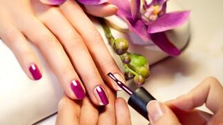 Manicura y colocación de uñas de gel a color con opción de alargamiento