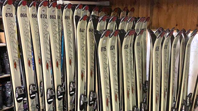 Alquiler de equipo adulto de esquís o snowboard desde 12€